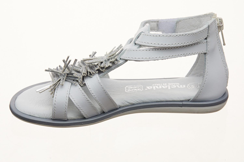 Sandale albe pe glezna cu franjuri