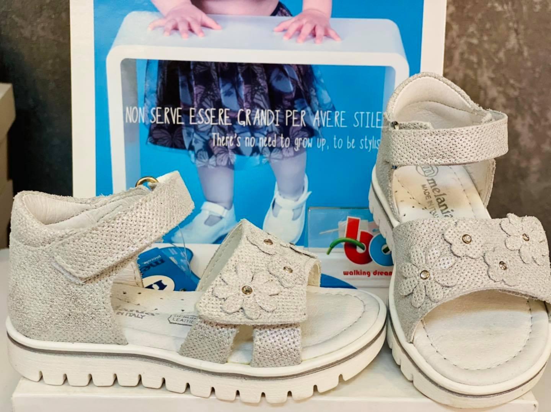 Sandale argintii piele texturata si floricele aplicate