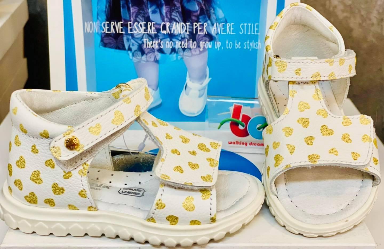 Sandale albe cu inimioare aurii
